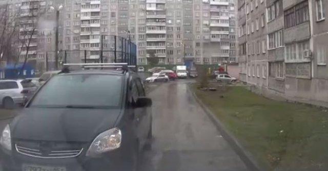 Наглый автомобилист, бросивший машину посреди дороги