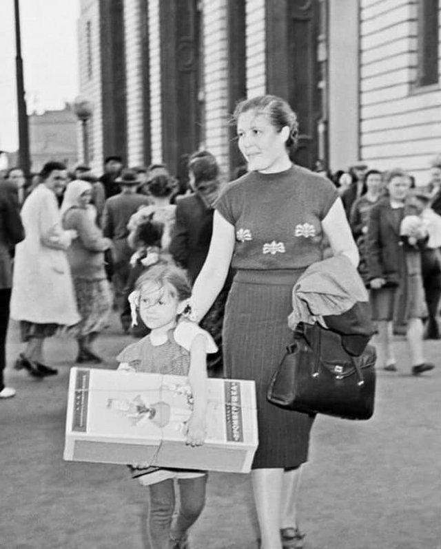 Maма и дочка идут с покупкой из «Детского мира». Москва, 1957 год