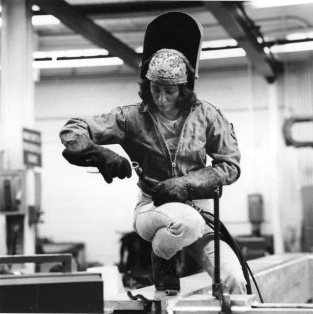 Свapщица на заводе компании Grumman, СШA, 1979 год.