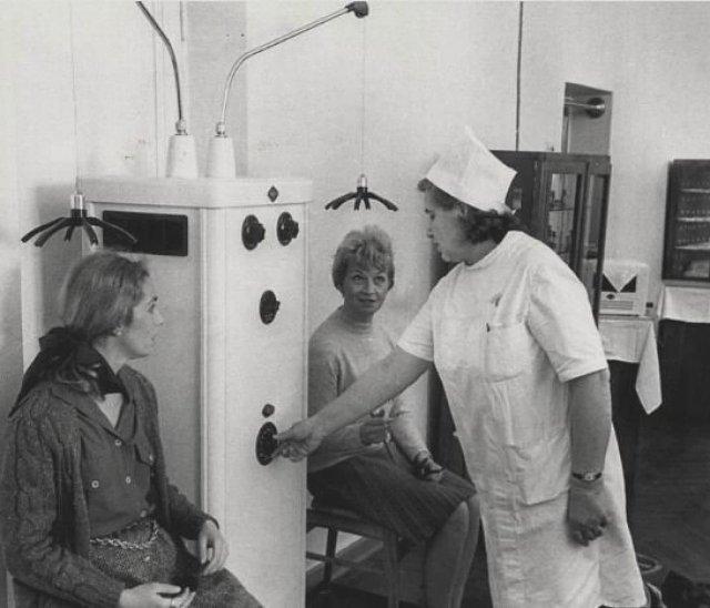 Советский врач демонстрирует туристам из США прибор который снимает головную боль. Сочи, 1970 год