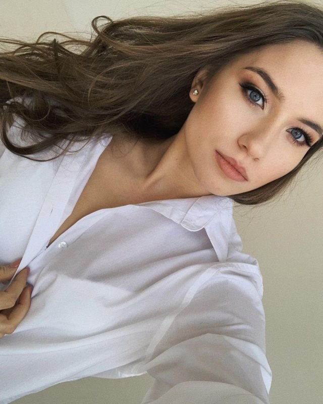 "Девушка звезды фильма ""Холоп"" Милоша Биковича - Арина Волошина в белой рубашке"