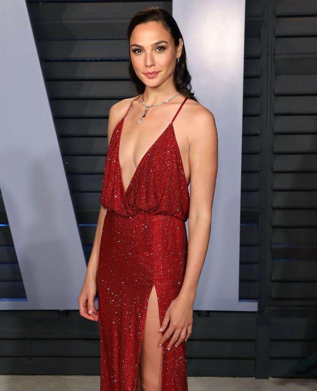 Галь Гадот в красном платье