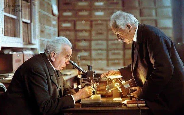 Братья Люмьер в своей лаборатории. Лион. 1925 год.