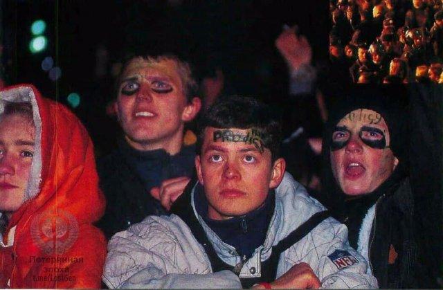 """Зрители на концерте группы """"The Prodigy"""" в Москве на Манежной площади, 27 сентября 1997 года."""