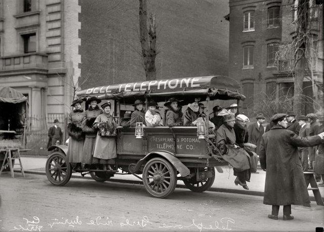 Телефонистки Chesapeake & Potomac Telephone Co. едут на автомобиле компании во время забастовки водителей общественного транспорта. Вашингтон, 1916 год.