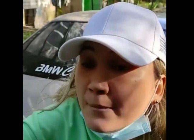 Неадекватная дама с камнем против водителя