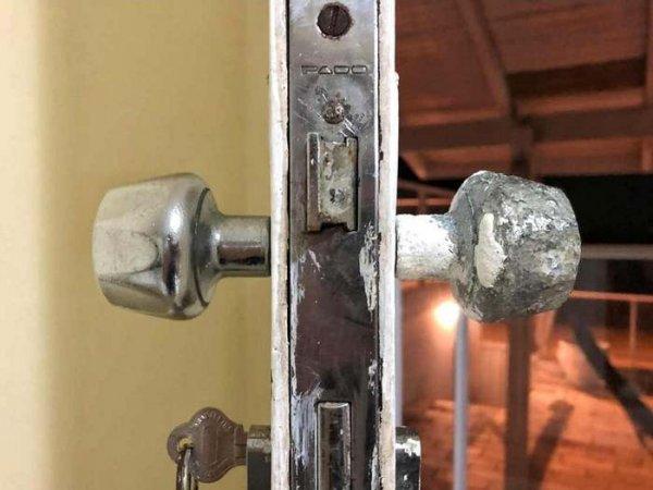 Воздействие обычного воздуха и морского бриза на дверную ручку