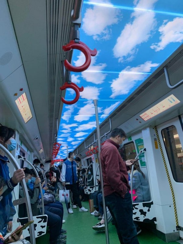 В этом поезде метро облака на потолке выглядят как небо