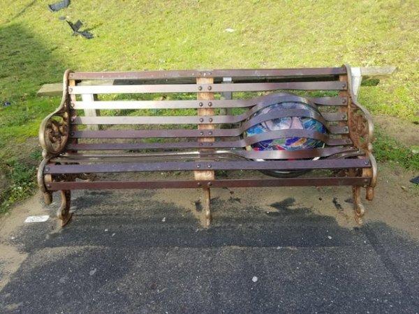 Скамейка в Великобритании с огромным шаром внутри
