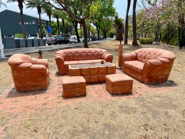 Этот диванный гарнитур сделан из красного кирпича