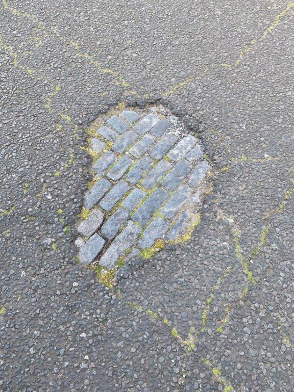Дорога на моём пути на работу изнашивается, и обнажается старая улица, мощёная булыжником. Лондон