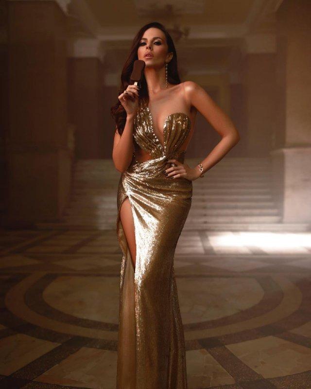 Настя Каменских в золотом платье