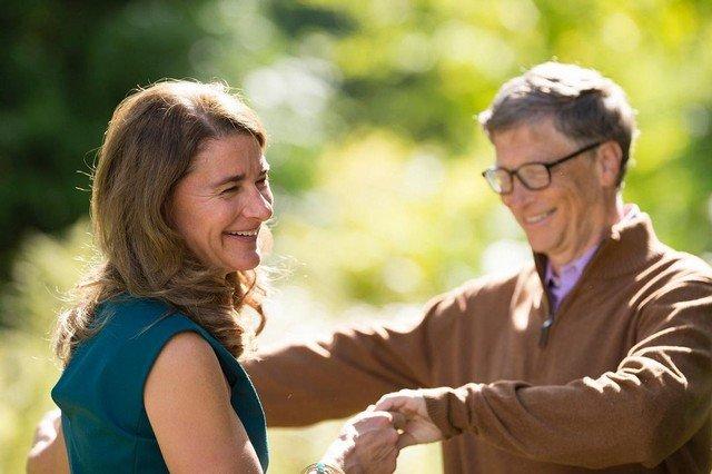 Билл Гейтс разводится с Мелиндой Гейтс после 27 лет брака - Мелинда в синем платье, Билл в коричневой кофте