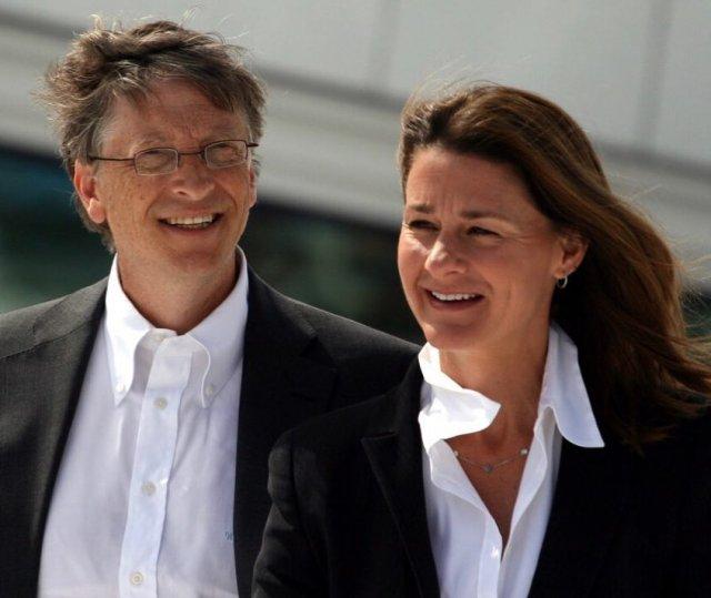 Билл Гейтс разводится с Мелиндой Гейтс после 27 лет брака: в черном пиджаке и белой рубашке