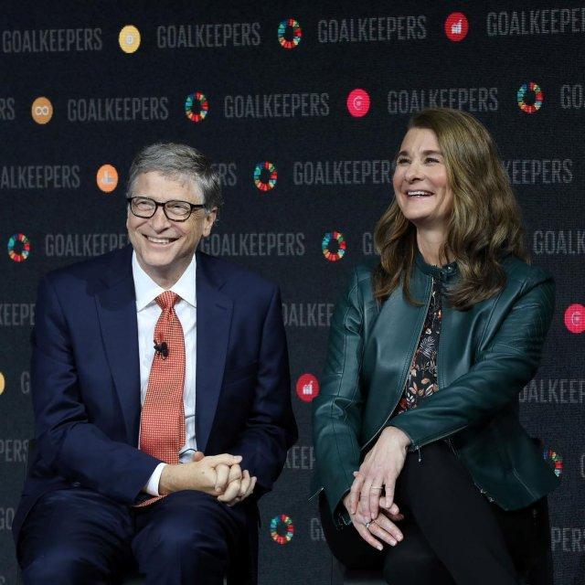 Билл Гейтс разводится с Мелиндой Гейтс после 27 лет брака в черном пиджаке и Мелинад в зеленой кофте