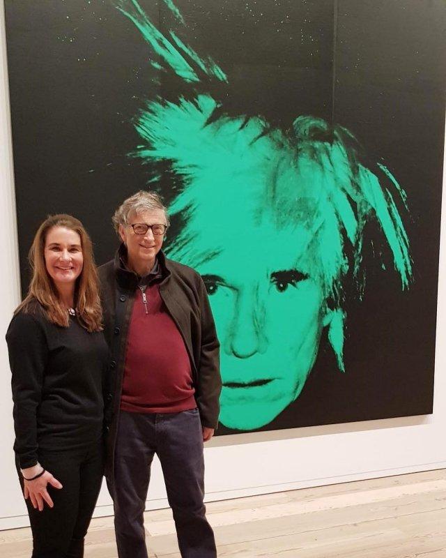 Билл Гейтс разводится с Мелиндой Гейтс после 27 лет брака в одежде casual с портретом Энди Уорхолла