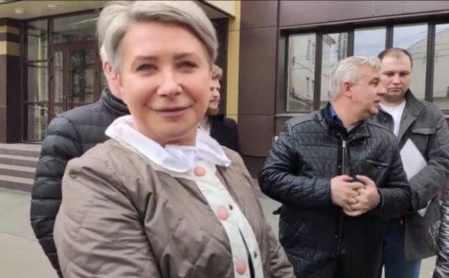 Заместитель мэра Брянска Марина Холина «вежливо» разговаривает с местным жителем