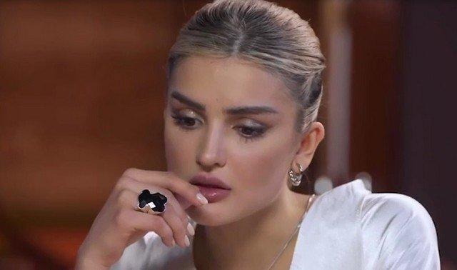 Дина Саева в белой рубашке