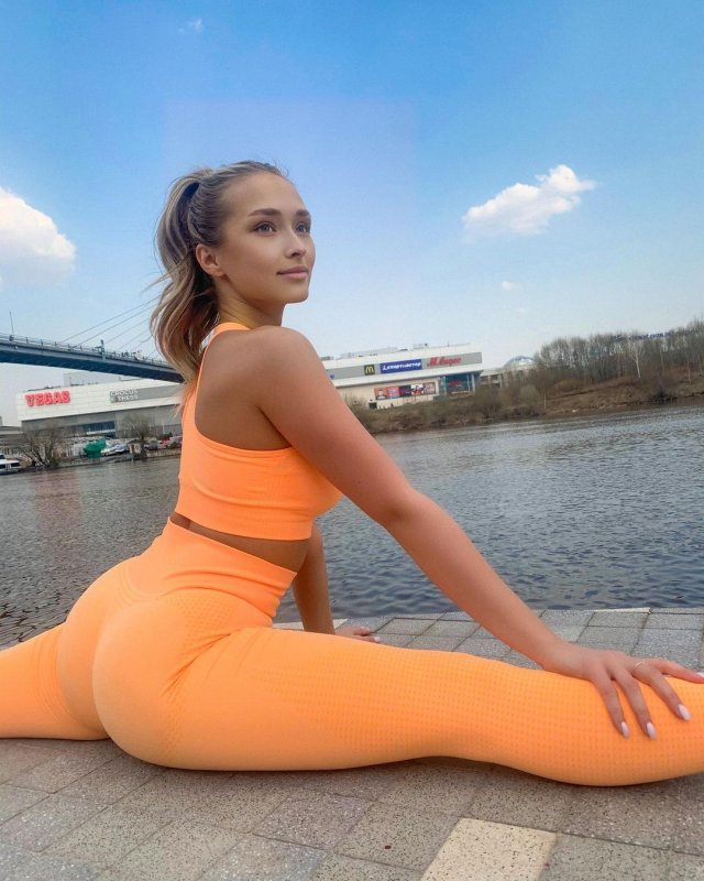 Девушка Гусейна Гасанова Даша Савина в оранжевом костюме