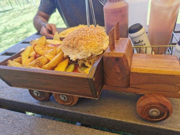 Ваш бургер скоро будет готов и подъедет на деревянном грузовике