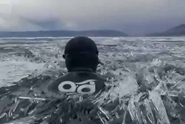 Дайверы-моржи открыли купальный сезон в растаявшем Байкале – среди миллиардов ледяных игл