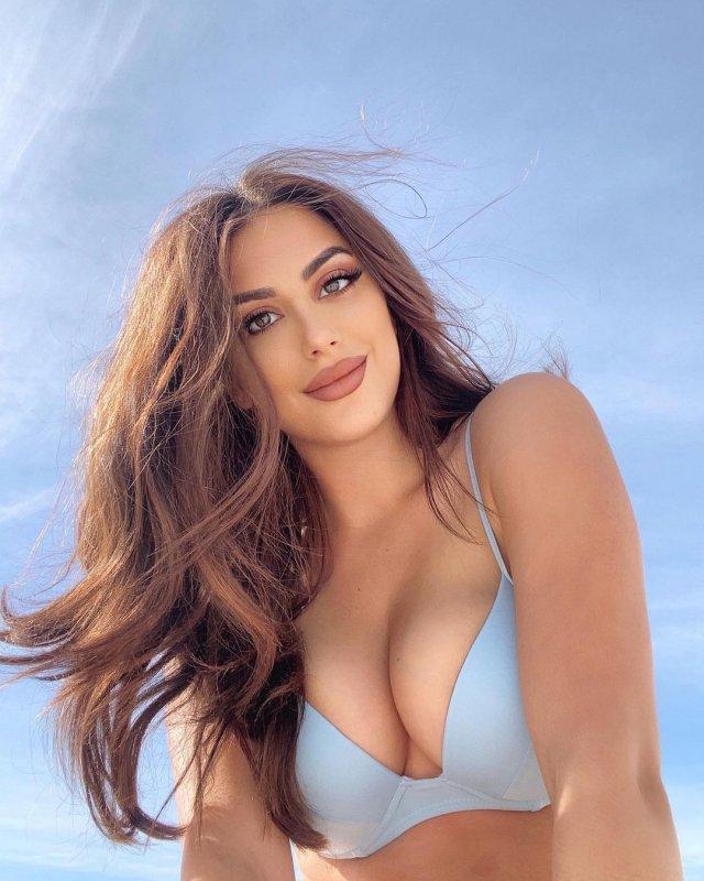 Нивин Джей (Nivine Jay), которая отказала Бену Аффлеку на сайте знакомств в фиолетовом купальнике