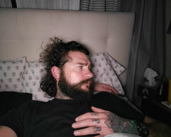 рука под подушкой