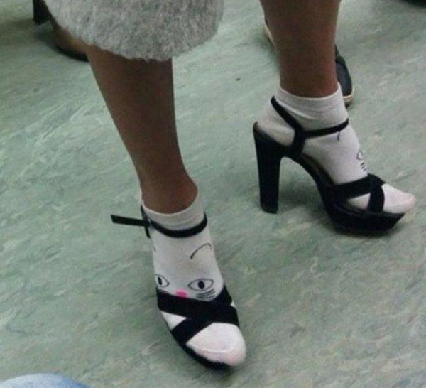 девушка в носках и туфлях