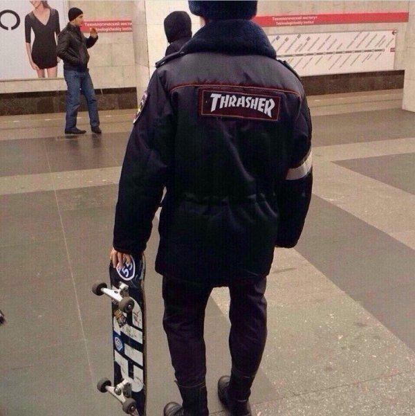 парень со скейтом