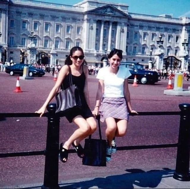 Меган Маркл позирует перед Букингемским дворцом, Лондон, 1996 год.