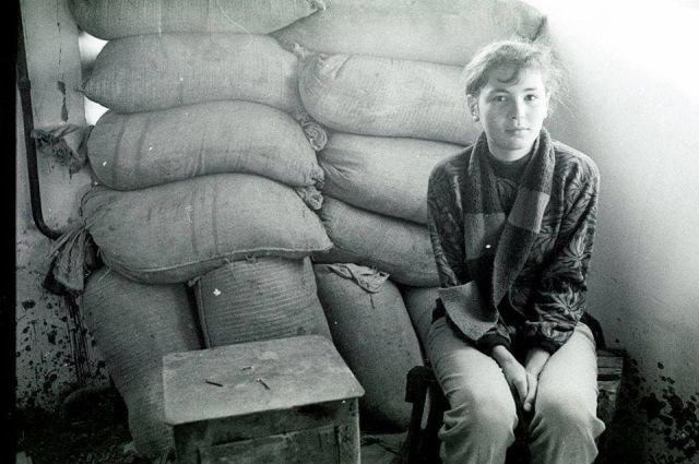 Местная жительница у баррикад. Цхинвал. Южная Осетия. 1991 год.