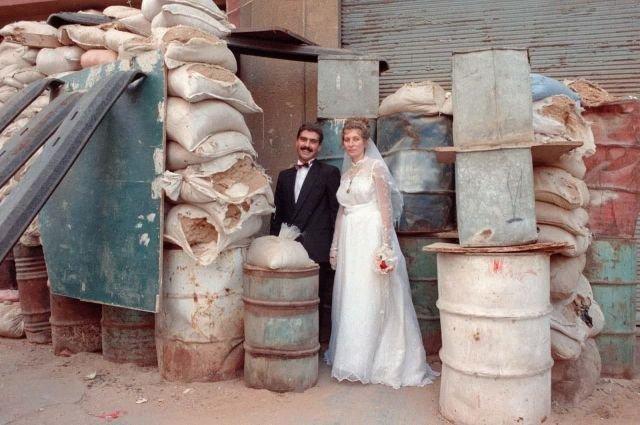 Пара в день свадьбы позирует возле своего дома. Восточный Бейрут, Ливан, 1989 г.