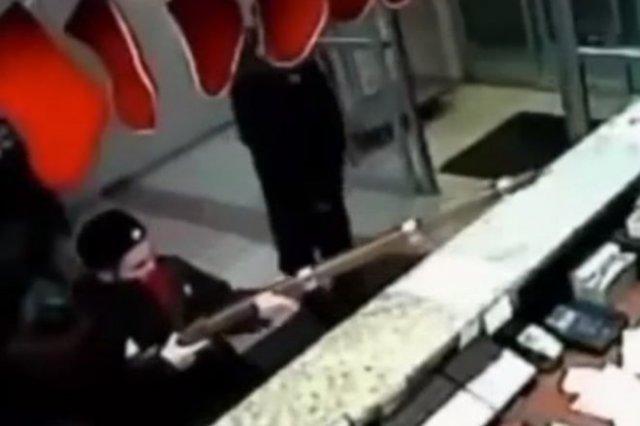 Грабитель пришел в магазин с муляжом старинной винтовки