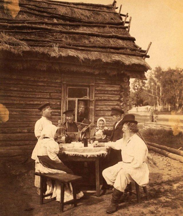 Русские крестьяне за столом, начало 20-го века.