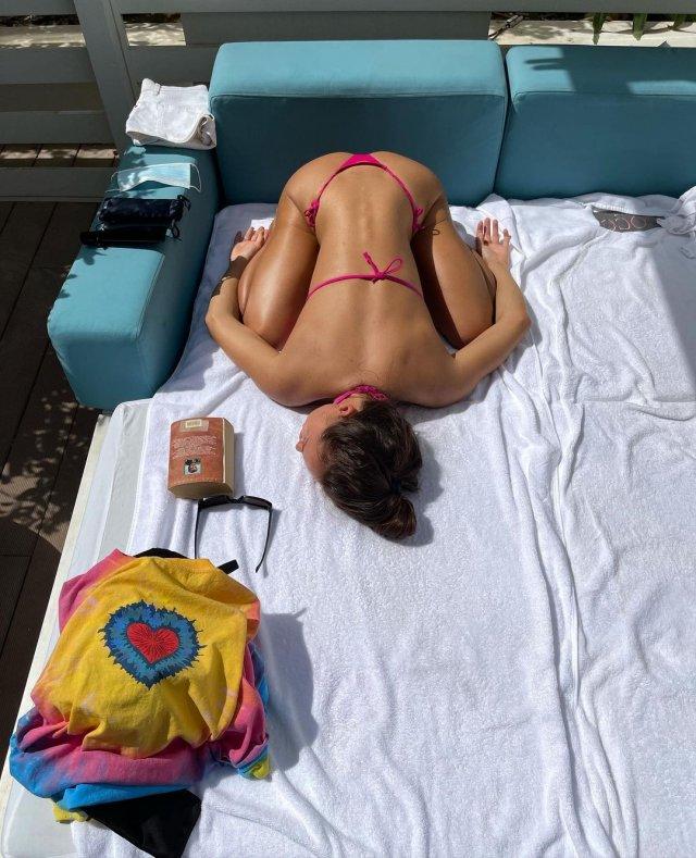 Блогер Женя Моисеенко (jenny.m.official) в розовом купальнике