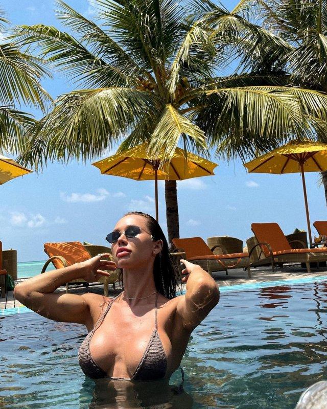 Блогер Женя Моисеенко (jenny.m.official) в коричневом купальнике