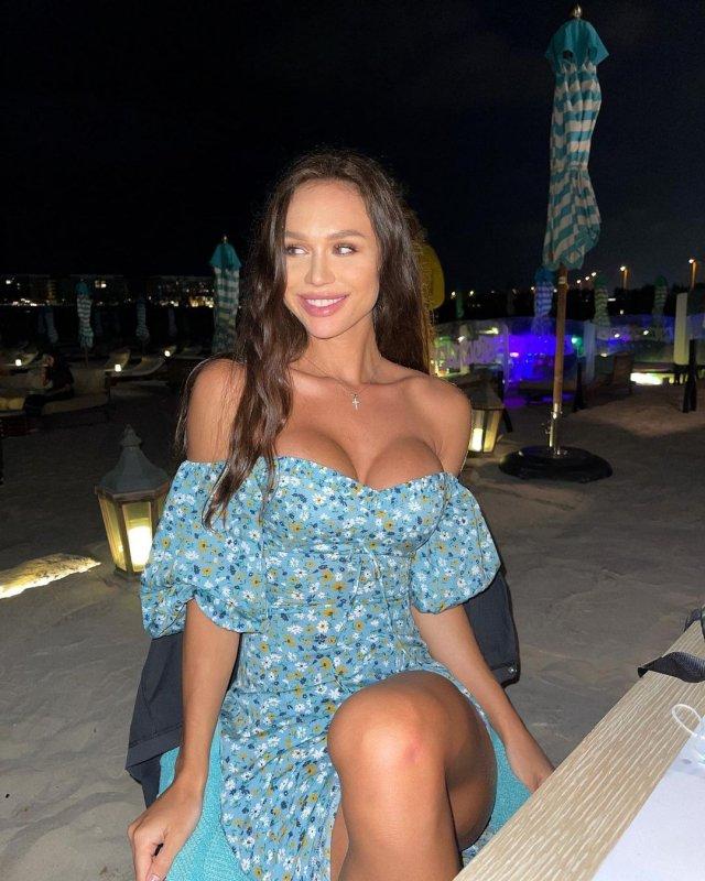 Блогер Женя Моисеенко (jenny.m.official) в синем платье с декольте