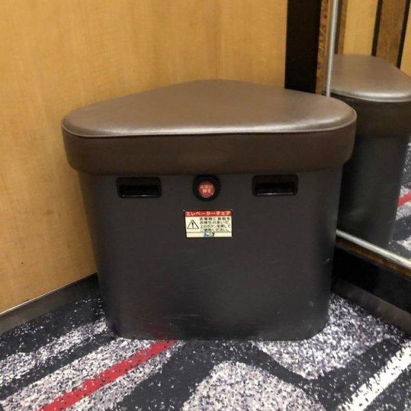 В большинстве лифтов есть аварийный туалет... на всякий случай