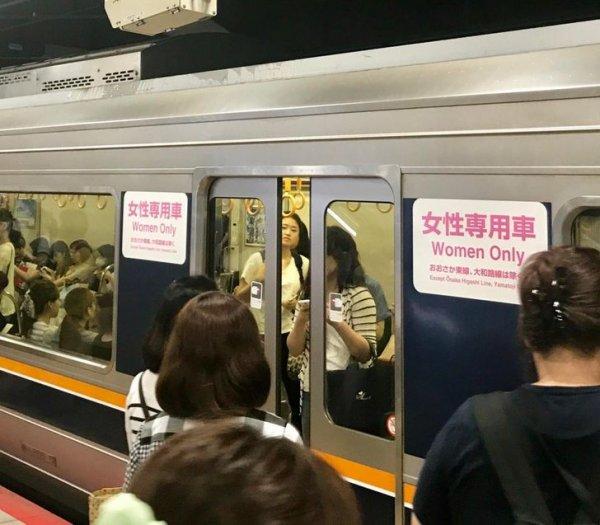 В метро есть вагоны только для женщин