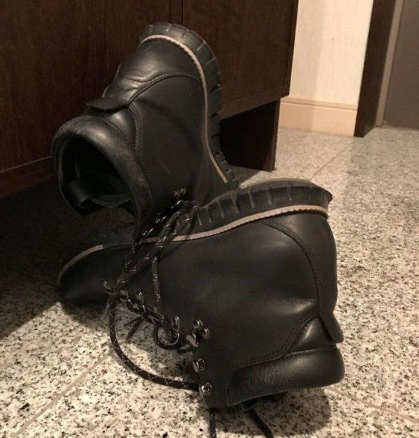 Так грузчики поставили свою обувь, чтобы не запачкать пол в квартире