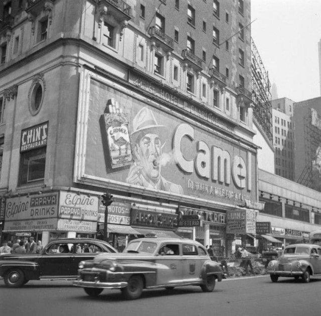 """Рекламный щит Camel, разработанный Дугласом Ли, выдувал 1,5 метровое кольцо дыма каждые пять секунд. Нью-Йорк, отель """"Clardige"""" на Таймс-сквер (1941-1966)."""