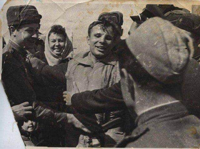 Пepвые минуты поcлe возвращения Юрия Гагaрина на Землю, 12 апреля 1961 года