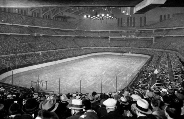 Зрители стадиона в Чикаго ожидают игру в хоккей. США, 1930-е