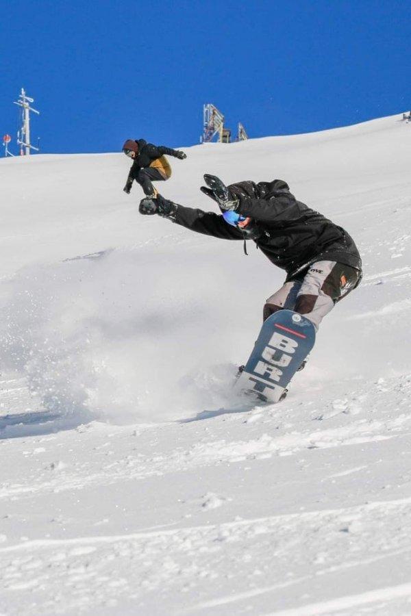 Сфотографируй так, будто я сноубордиста держу
