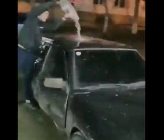 Неадекватный парень облил машину бензином и поджег