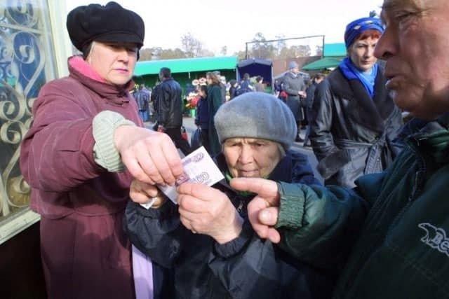 Прохожие помогают бабушке