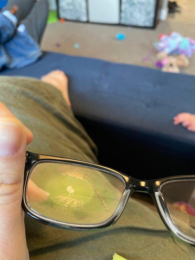 Ребенок так сильно ударил мужчину, что на его очках остался отпечаток глазного яблока