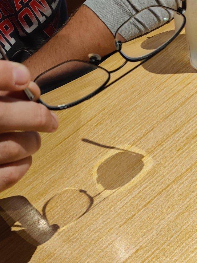 Очки с двумя разными линзами отдают разную тень
