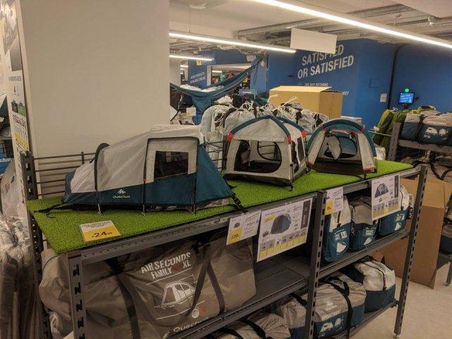 Копии больших палаток, чтобы покупателям было удобнее понять, что находится внутри
