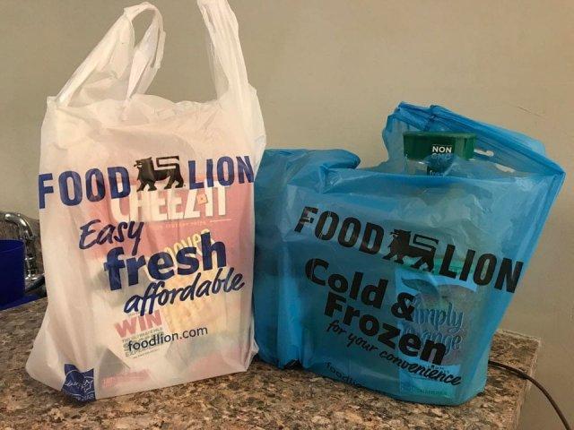 Синий пакет для замороженных продуктов, которые нужно разобрать в первую очередь